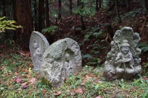 高家(たいえ)への分岐の石仏三体(増賀上人墓~万葉展望台)