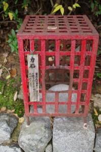 力石(飛鳥坐神社)