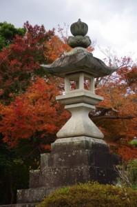 紅葉と常夜燈(伊勢市桜木町)