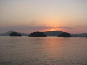 小浜漁港から望む日の出(鳥羽市)