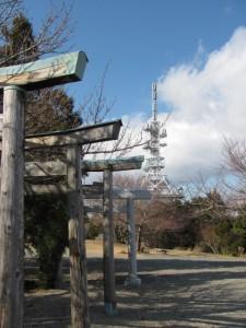 八大龍王社の鳥居とTV中継塔(朝熊ヶ岳山頂)