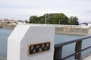 第二湊橋(大湊川)と志宝屋神社