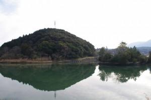 五十鈴川左岸から望む朝熊神社および鏡宮神社の社叢