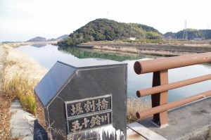 堀割橋(五十鈴川)から望む朝熊神社の社叢