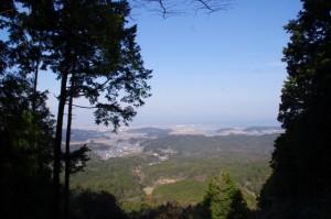 朝熊登山鉄道ケーブルカー跡に架かる橋(朝熊岳道)からの風景