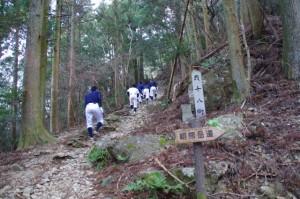 伊勢工業高等学校野球部(朝熊岳道にて)