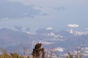 朝熊ヶ岳山頂からの風景、大型客船「ぱしふぃっくびいなす」