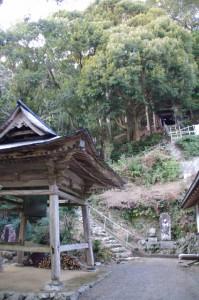 鐘楼と鎮守堂への石段(丸興山庫蔵寺)