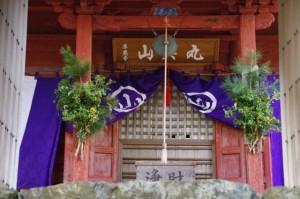 山門越しに望む本堂(丸興山庫蔵寺)