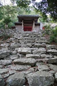山門への石段(丸興山庫蔵寺)