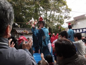 楠部町萬歳楽 餅まき(櫲樟尾神社)