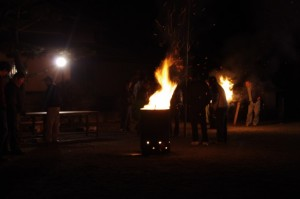 獅子舞が舞われる海蔵寺の境内(下久具公民館)