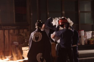 海蔵寺での獅子舞の準備(下久具の御頭神事)