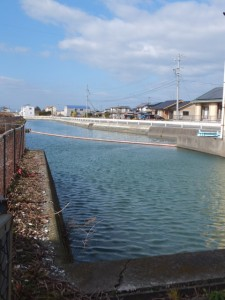 村松排水機場への水路(伊勢市村松町)