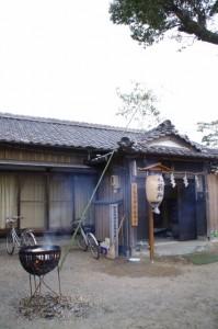 宇氣比神社社務所とサイミョウ竹(村松町の御頭神事)