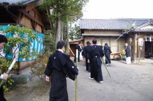 年酒の式に集まる警護の役人(村松町の御頭神事)