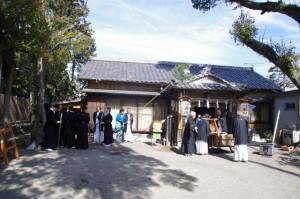 年酒の式に集まる警護の役人ほか(村松町の御頭神事)