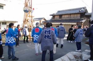刀抜き衆 甚平坂へ到着(村松町の御頭神事)