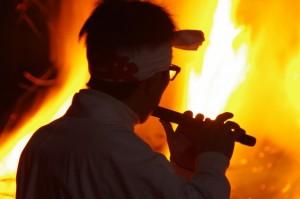 ツムギ場にて笛の奏で(村松町の御頭神事)