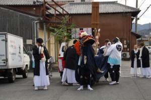 山口製麺所前での奉仕(須原大社の御頭神事)