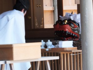 獅子頭の田辺(たぬい)地区巡幸前の祭典(田丸神社)