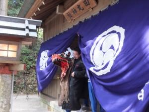 田辺(たぬい)地区巡幸へ向かう獅子頭(田丸神社の獅子舞)