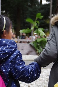 五身懸祭 - 団子の授与を待つ子供たち(川添神社)