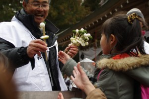 五身懸祭 - 団子を授与される子供たち(川添神社)