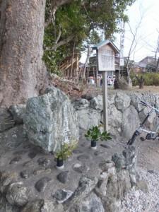 月待供養塔と説明板(栄通神社)