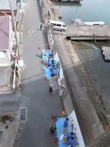 老人クラブ、中学生共同の堤防壁画制作(伊勢市神社港)
