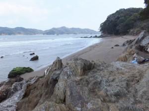 粟皇子神社の裏手にある砂浜