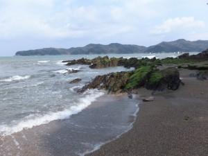 粟皇子神社の裏手にある砂浜と岩場