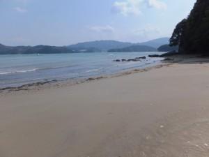 粟皇子神社付近、旅荘 海の蝶側の砂浜