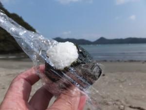 粟皇子神社付近、旅荘 海の蝶側の砂浜での昼食