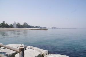 二見浦の突堤から望む御塩殿神社の方向