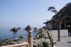 夫婦岩と拝殿(二見興玉神社)