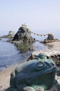蛙と夫婦岩(二見興玉神社)