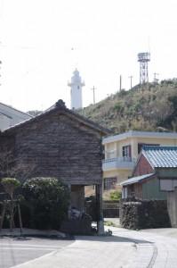 仙遊寺付近のお稲荷さん前から望む大王埼灯台(志摩市大王町)