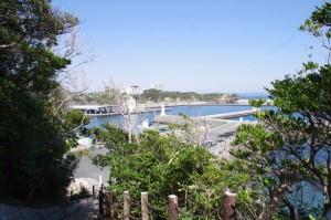 崎山公園への階段から望む波切漁港