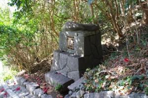 波切神社から須場の浜への途中にある石祠(志摩市大王町)