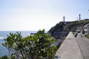 須場の浜付近から望む大王埼灯台(志摩市大王町)