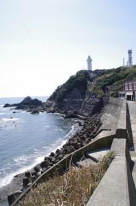 須場の浜への階段付近から望む大王埼灯台(志摩市大王町)