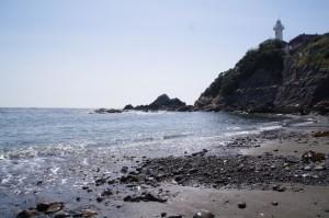 須場の浜から望む大王埼灯台(志摩市大王町)