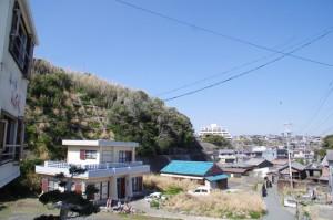 須場の浜の堤防から望む波切漁港方面(志摩市大王町)