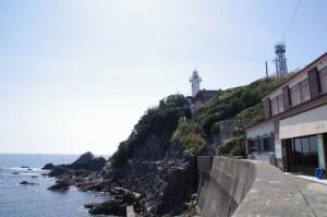 須場の浜の堤防から望む大王埼灯台(志摩市大王町)