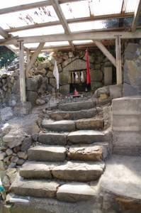 「宝門の浜」の標石付近の石祠(志摩市大台町)