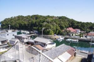 高台から望む波切漁港(志摩市大王町)