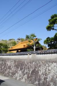 大慈寺の鐘楼とその背後の高台に見える建物(志摩市大王町)