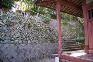 薬師堂の奥にある石階(志摩市大王町)