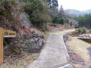 山頂・棚田への道標(伊勢市横輪町)